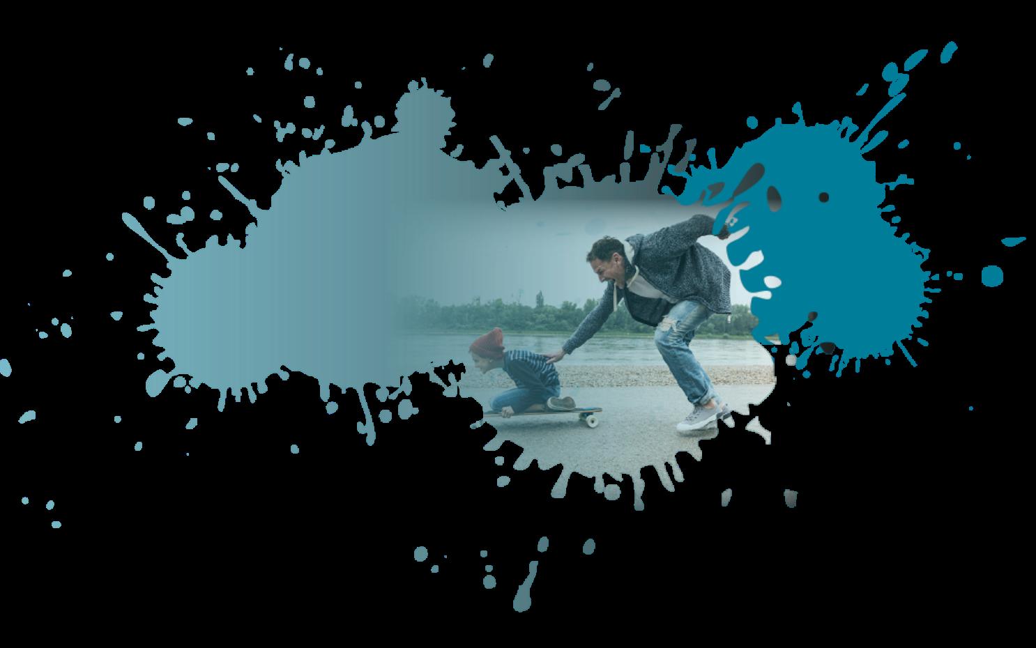mann-schiebt-kind-auf-skateboard-an